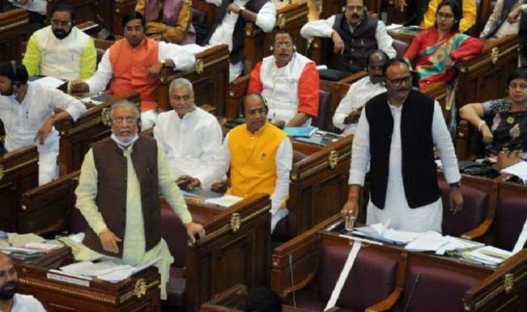 यूपी: नेताओं के खिलाफ दर्ज मुकदमे वापस लिए जाने पर विधानसभा में सपा नेताओं ने किया हंगामा